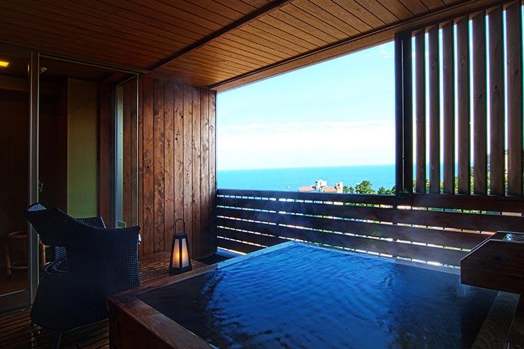 海がみえる露天風呂付客室檜の湯舟